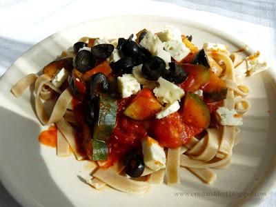 Tagliatelle razowe z pomidorami, cukinią i serem korycińskim