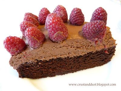 Torcik bardzo czekoladowy ze świeżymi malinami