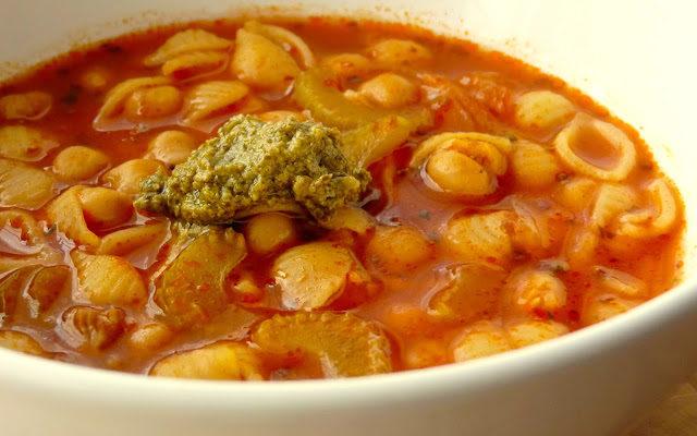 Szybka zupa z ciecierzycą i zielonym pesto