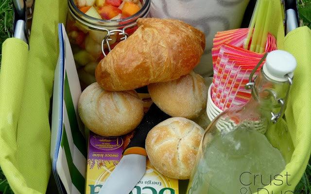 Śniadanie na trawie i sałatka owocowa