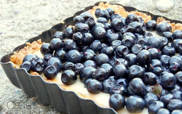 Tarta z delikatnym kremem cytrynowym i jagodami