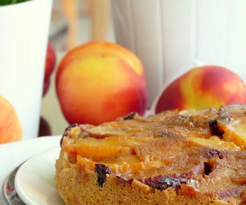 Ciasto odwrócone z amarantusem i brzoskwiniami w karmelu