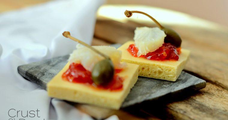 Tapas z marmoladą pomidorową, bacalao i kaparami