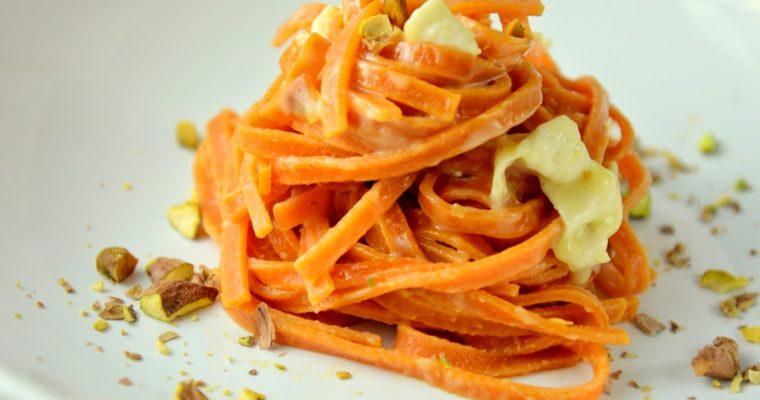 Czerwony makaron w sosie serowym w 10 minut