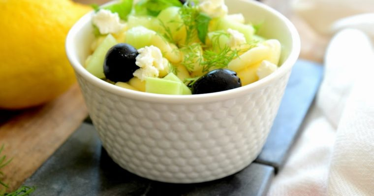 Sałatka z makaronem, krewetkami i fetą