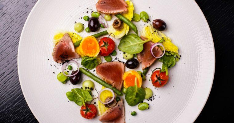Wiosenna sałatka nicejska z tuńczykiem