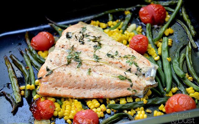 Łosoś pieczony na warzywach – w 30 minut