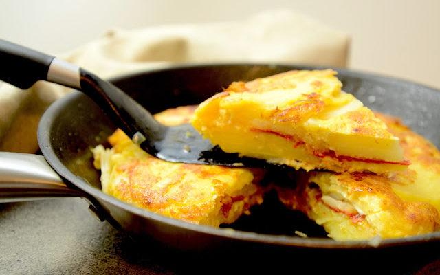Szukasz prostego hiszpańskiego przepisu? Tortilla de patatas z chorizo