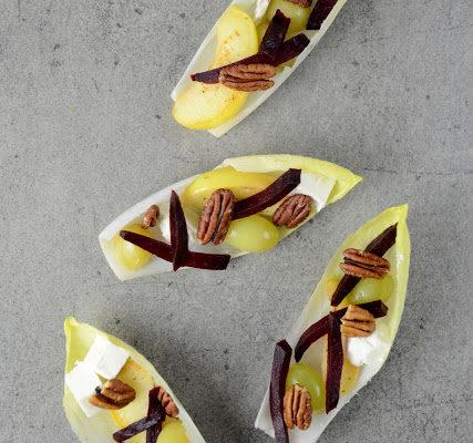 Sałatka z cykorii z duszonymi winogronami, burakiem i pekanami