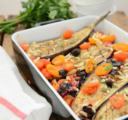 Pieczony bakłażan z pomidorkami i śliwką kalifornijską