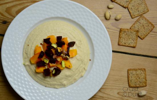 Hummus z pieczoną dynią, burakiem i pistacjami